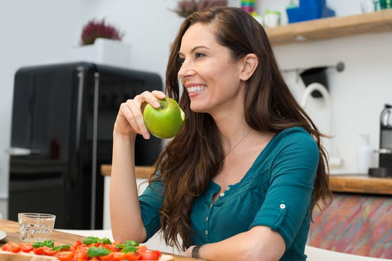 девушка ест яблоко фото